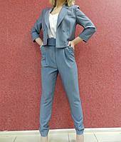 Женский молодежный костюм-двойка: укороченный жакет и брюк-бананы, серо-голубой, офисный, деловой, нарядный