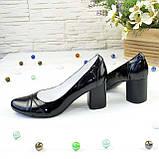 Женские черные лаковые классические туфли на устойчивом каблуке., фото 3