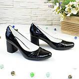 Женские черные лаковые классические туфли на устойчивом каблуке., фото 2