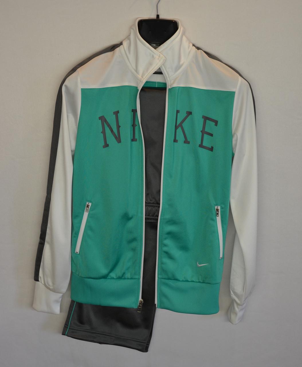 Женский спортивный костюм Nike.