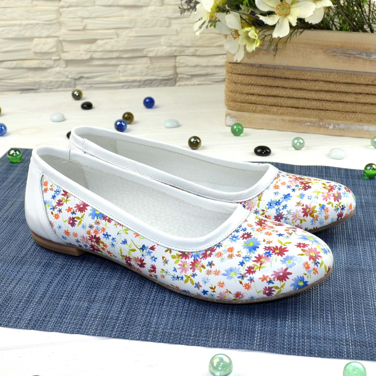 Женские кожаные стильные туфли с цветочным принтом.