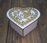 Шкатулка «Сердце» белая с накладкой золотое сердце