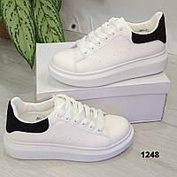 Женские белые кроссовки с черной пяточкой