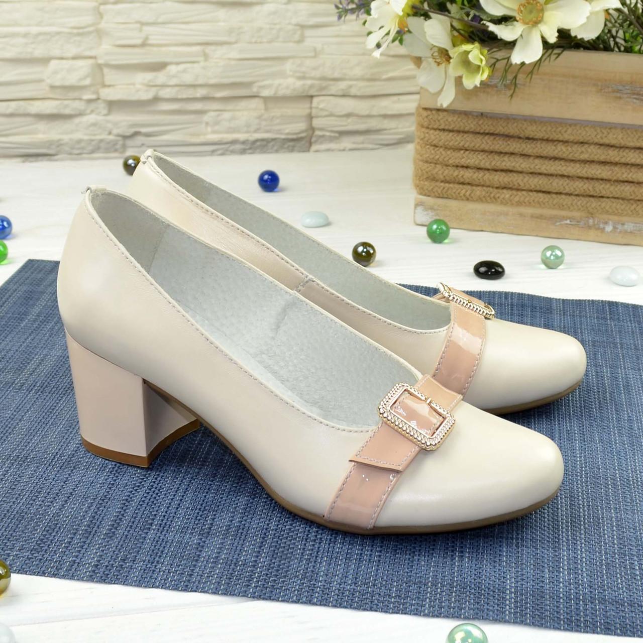 Женские светлые кожаные туфли на невысоком каблуке, декорированы брошкой