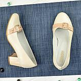 Женские светлые кожаные туфли на невысоком каблуке, декорированы брошкой, фото 2