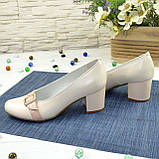 Женские светлые кожаные туфли на невысоком каблуке, декорированы брошкой, фото 3