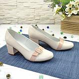 Женские светлые кожаные туфли на невысоком каблуке, декорированы брошкой, фото 8