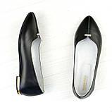 Женские кожаные туфли-балетки с заостренным носком, декорированы брошкой., фото 2