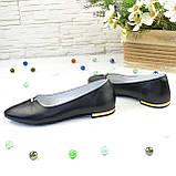 Женские кожаные туфли-балетки с заостренным носком, декорированы брошкой., фото 3