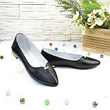Женские кожаные туфли-балетки с заостренным носком, декорированы брошкой., фото 4