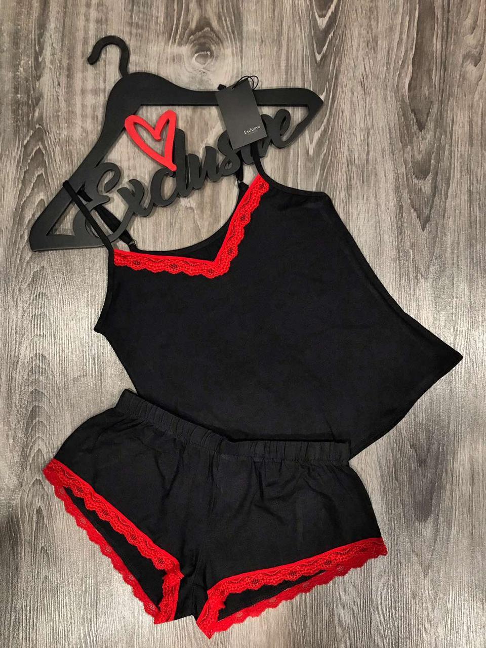 Черная вискозная пижама с красным кружевом.
