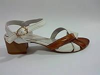 Кожаные женские босоножки на невысоком каблуке 36 Roberto Netti