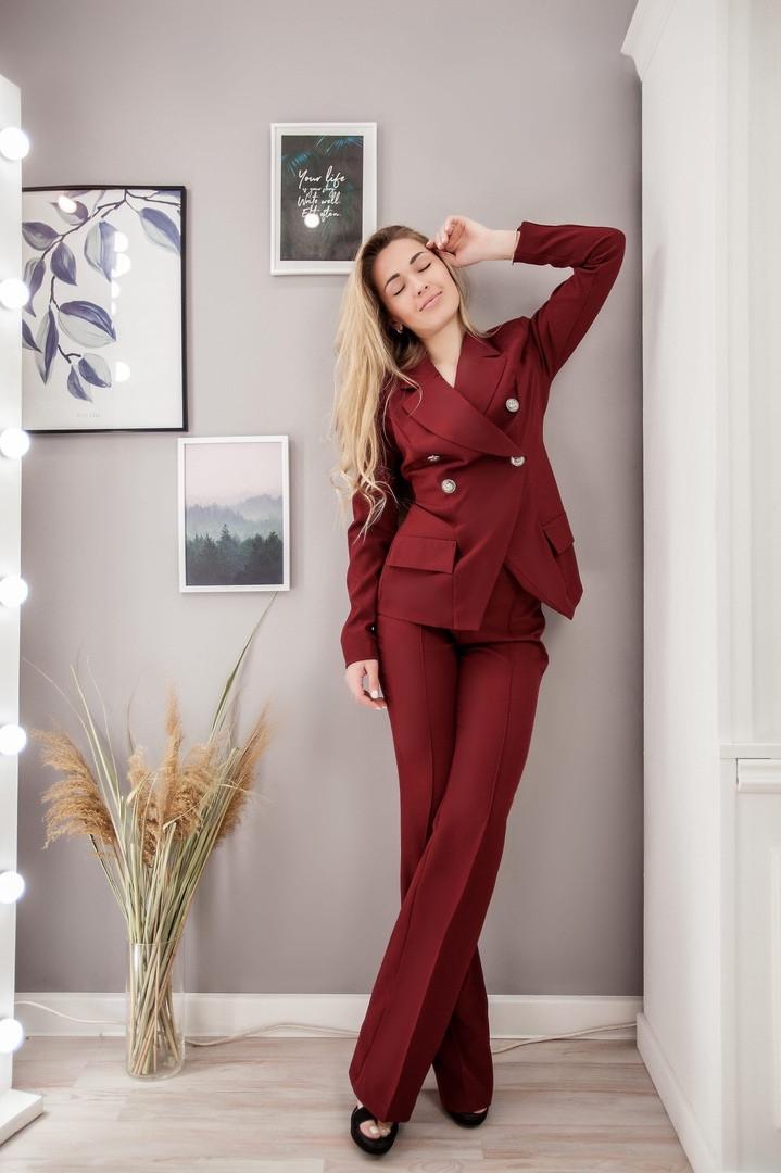 Женский деловой костюм с брюками клеш и двубортным пиджаком размеры 42-44, 44-46 бордовый