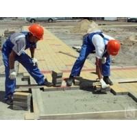 Укладання тротуарної плитки біля пам'ятника