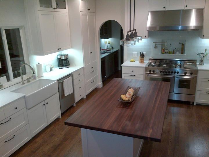 Дерев'яна прямокутна стільниця на кухні з масиву