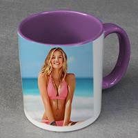 Печать фото на чашках пурпурных внутри и с пурпурной ручкой