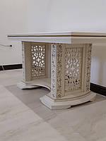 Деревянный стол.
