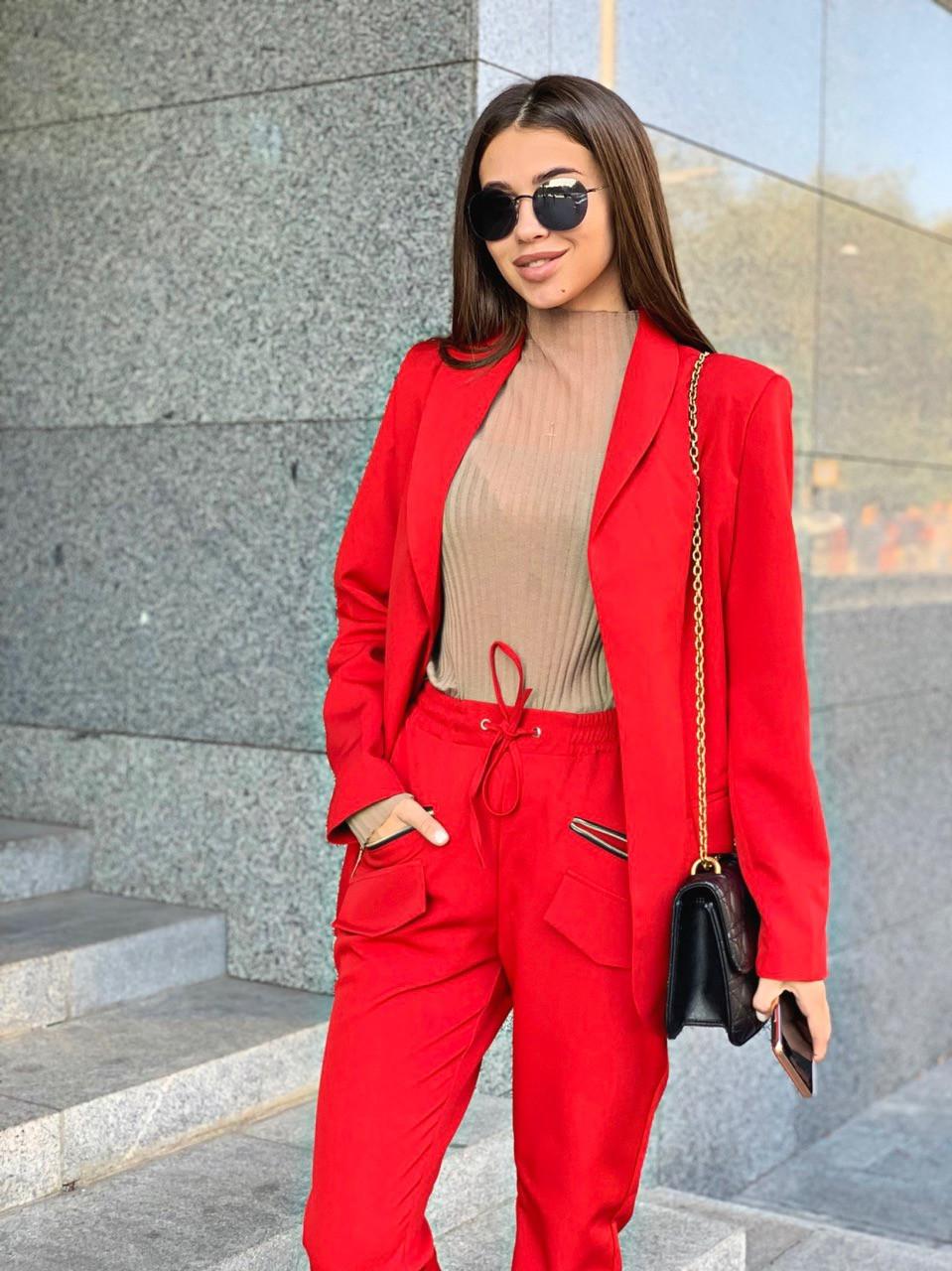 Женский брючный костюм с пиджаком и резинкой на брюках tez6310249