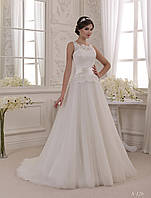 Роскошное свадебное платье с аккуратным шлейфом и невероятной вышивкой