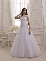 Изящное свадебное платье с прозрачным, расшитым верхом и красивыми пуговицами