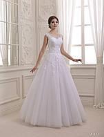 Изумительное свадебное платье, расшито цветочным орнаментом и украшено милыми пуговицами на спинке