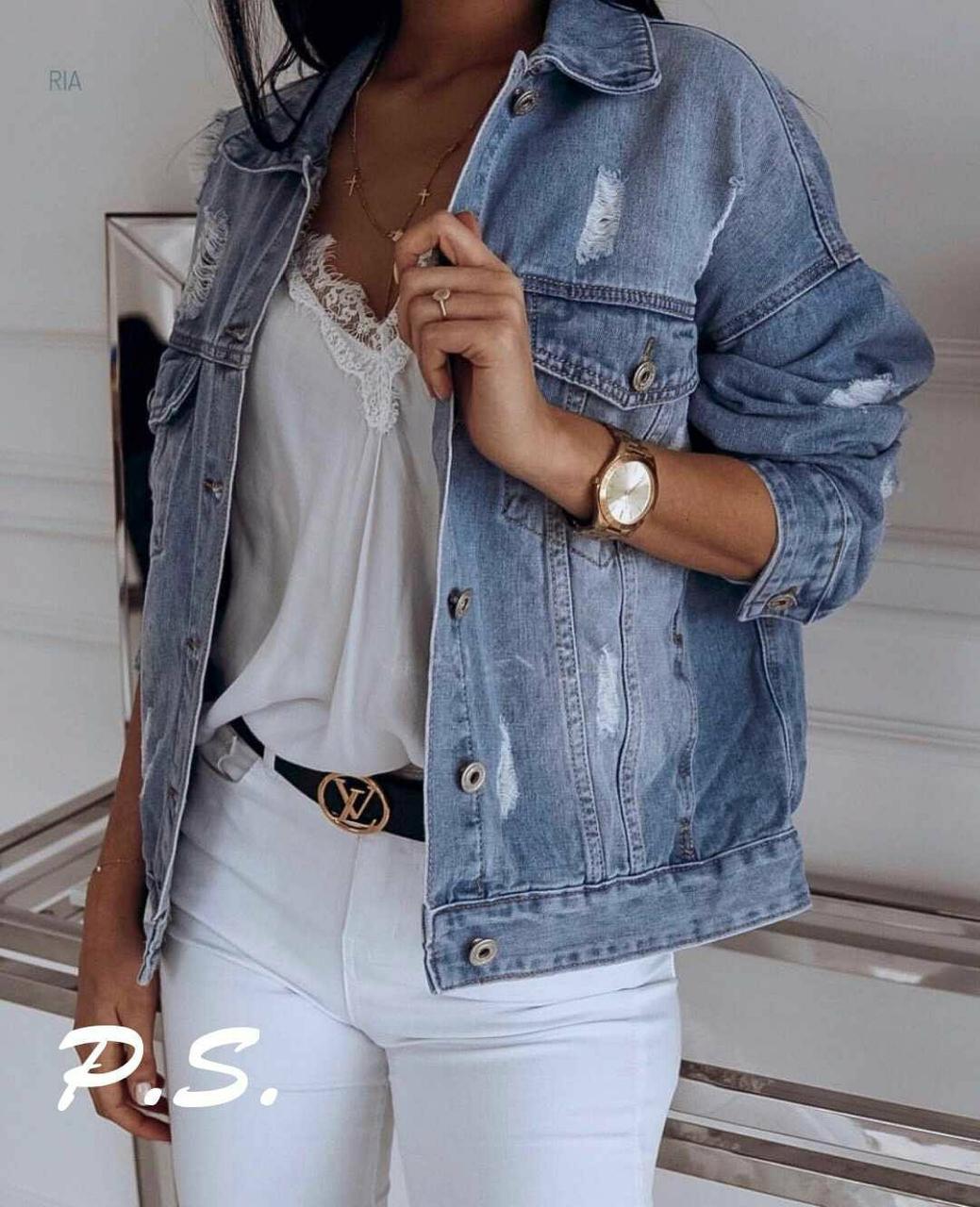 Женская джинсовая куртка с потертостямии карманами на груди tez7601276
