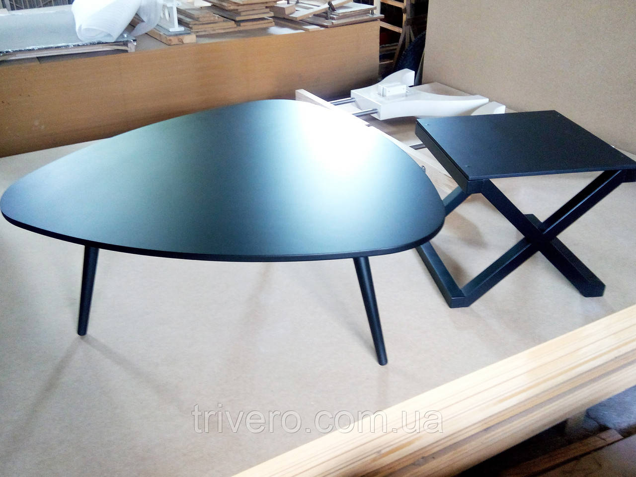 Журнальный столик черного цвета из массива дерева