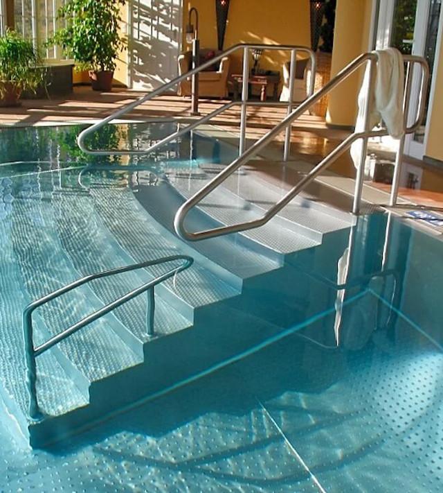 Поручні для сходів в басейн