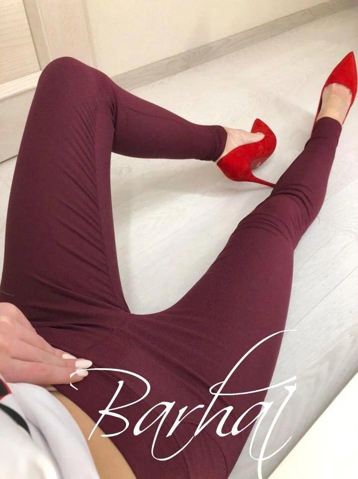 Однотонные приталенные  женские джеггинсы бордовый