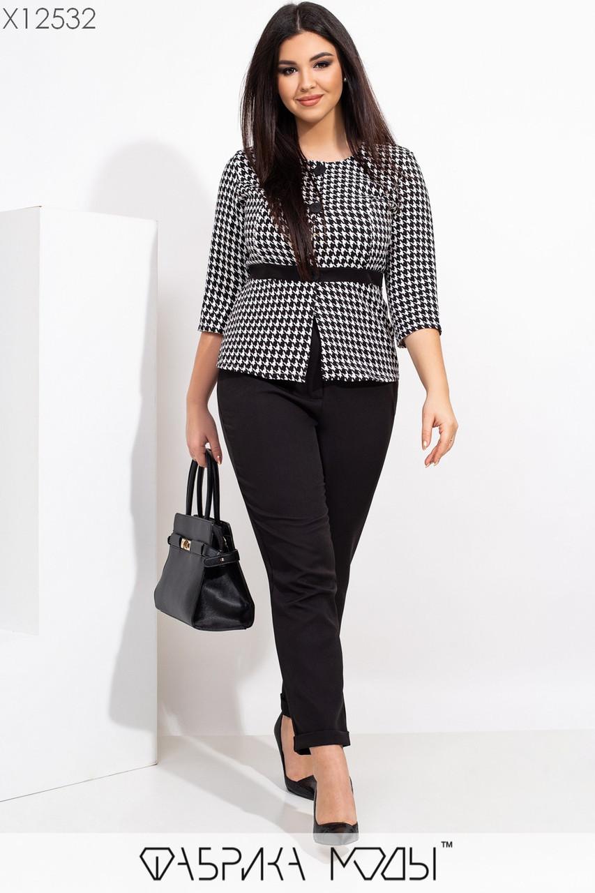 Женский брючный костюм батальных размеров с зауженными укороченными брюками и блузой tez115503