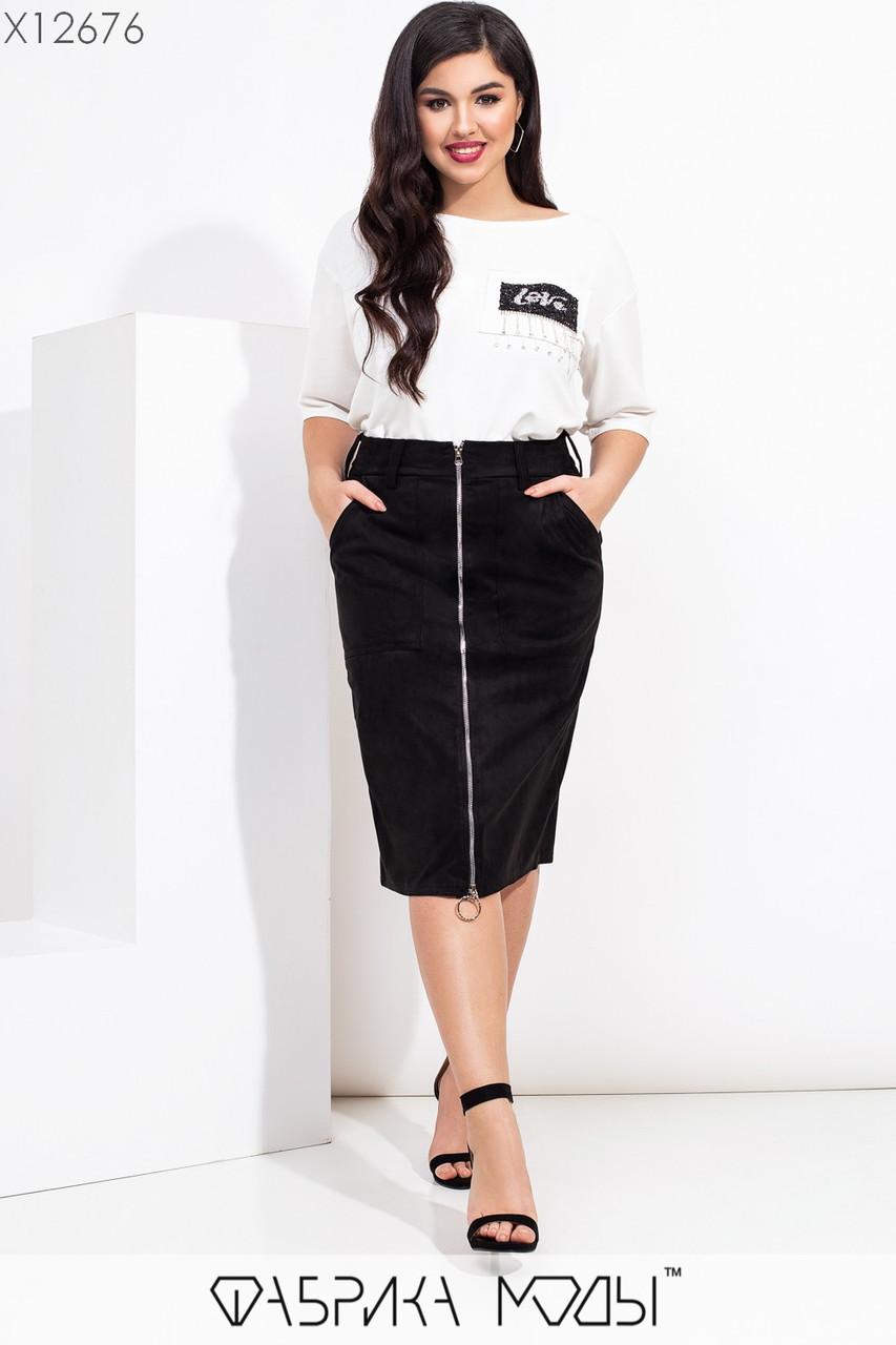 Юбочный женский костюм батальных размеров с замшевой юбкой на молнии спереди и белой футболкой tez115599