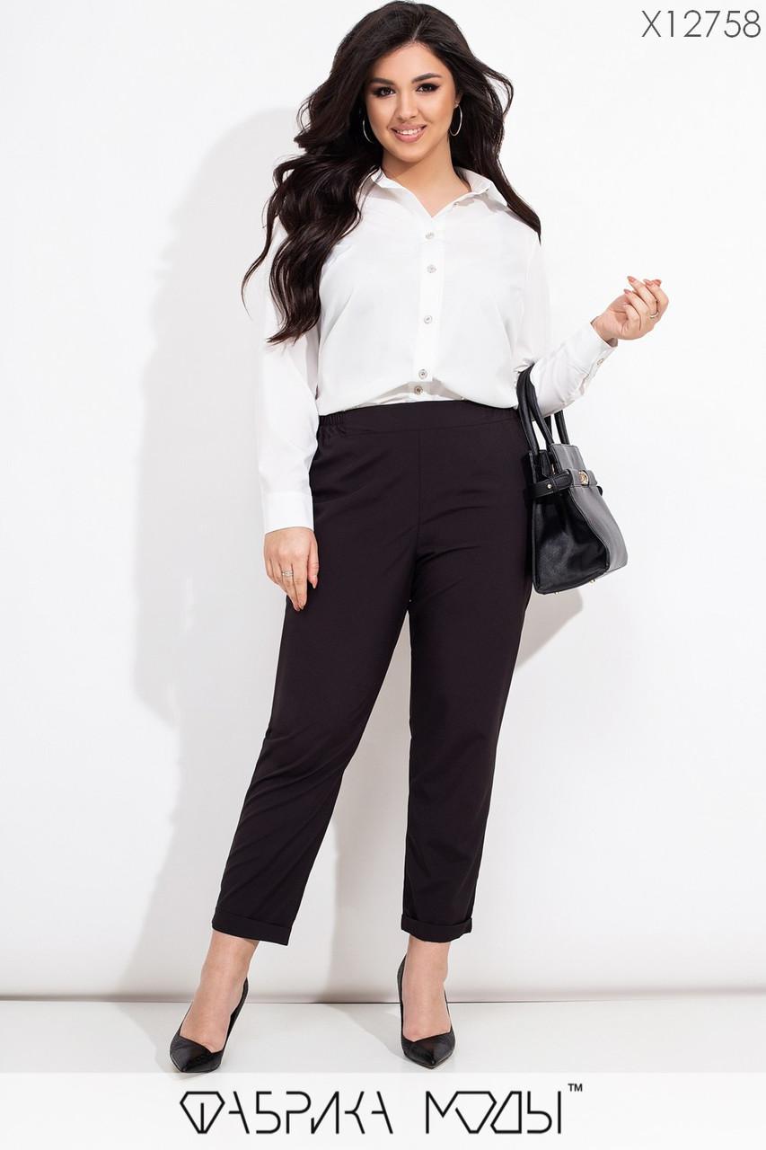Женский брючный костюм батальных размеров с удлиненной рубашкой и черными брюками tez115604