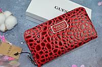 Красный женский кошелек в стиле Guess