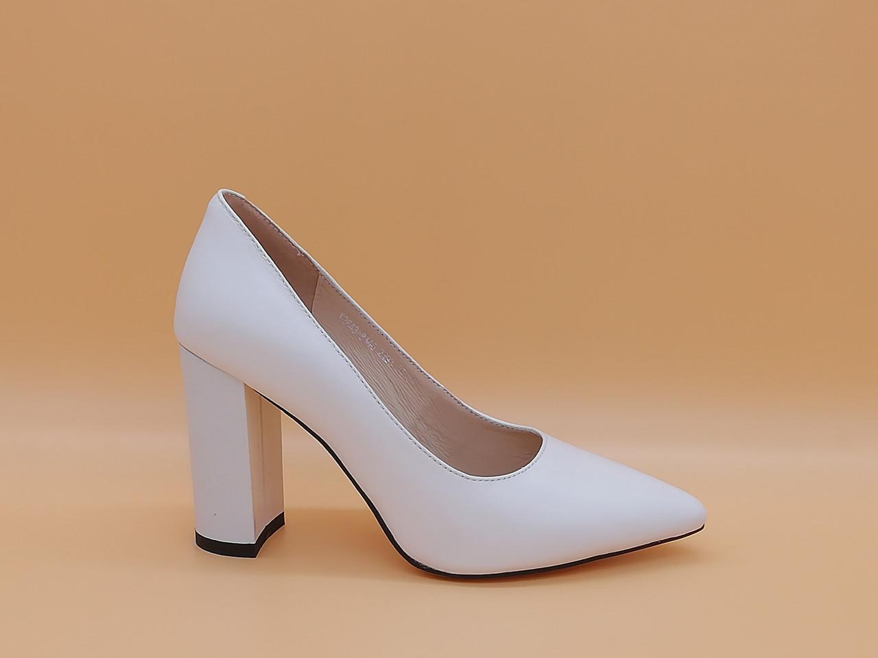 Белые кожаные туфли на каблуке .Маленькие ( 33 - 35 ) размеры.