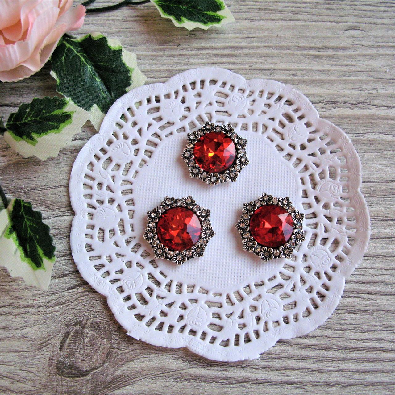 Металлический декор красный кристалл в серебряном ободке из цветов 2.3 см