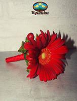 Бутоньерка жениха из красной герберы