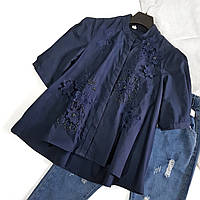 Блуза женская темно синяя с нашивками цветов