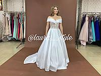 Пышное свадебное платье со шлейфом из атласа с расшитым кружевом