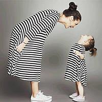Комплект одинаковый платьев для мамы и дочки в трикотаже-полосочка.
