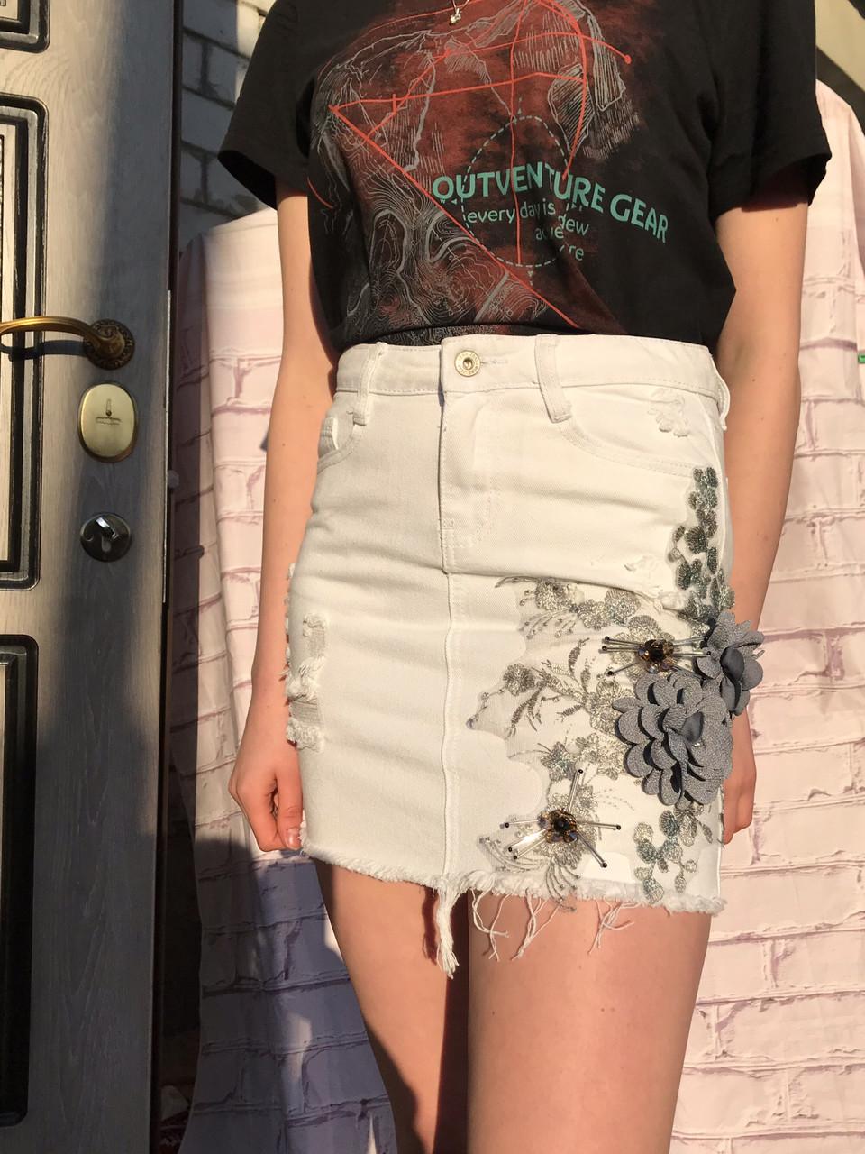 Женская белая юбка с цветочной аппликацией