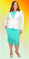 Шикарный женский костюм внизу украшен цветочным орнаментом с белым пиджаком