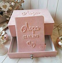 """Шкатулка для новорожденных с альбомом и коробочками для памятных вещей """"Мамины сокровища"""" (С тиснением)"""