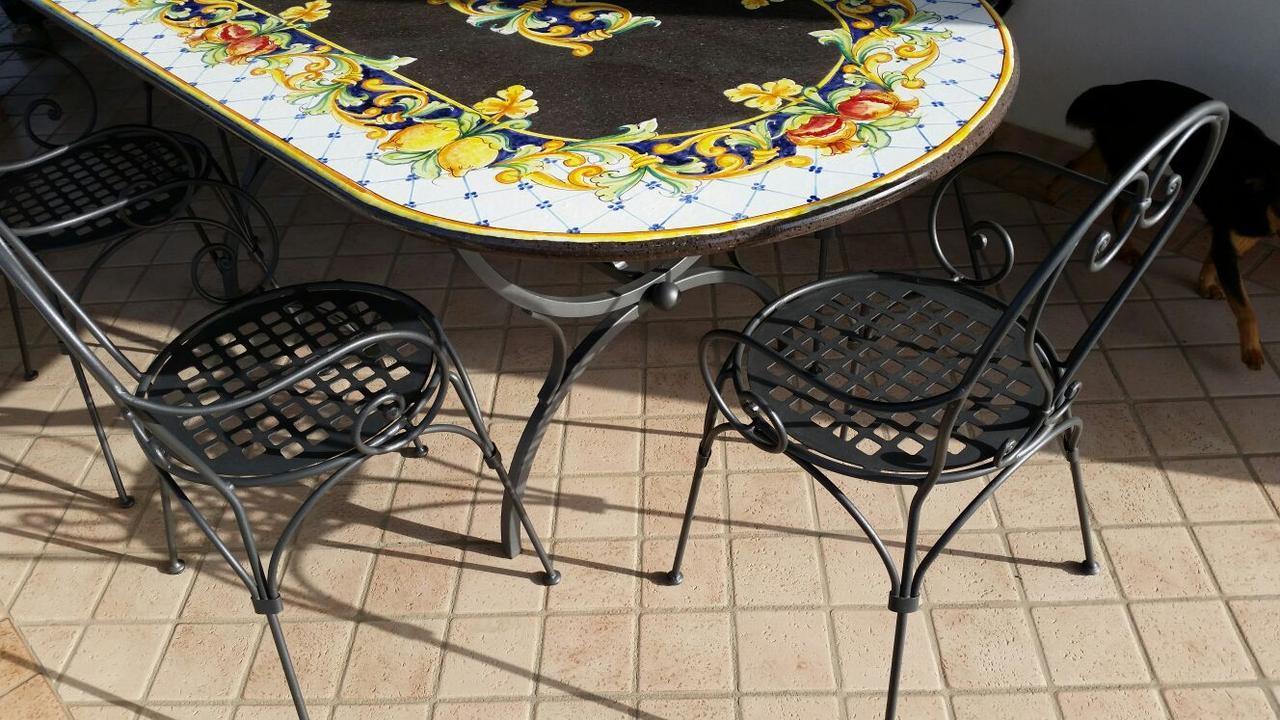 Садовый стол из вулканического камня. Италия