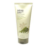 Пенка для умывания с бобами мунг и полынью THE FACE SHOP Herb Day 365 Cleansing Foam Mungbeans & Mugwort, 170