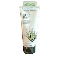 Пенка для умывания с алоэ и зеленым чаем THE FACE SHOP Herb Day 365 Cleansing Foam Aloe & Green Tea, 170 мл