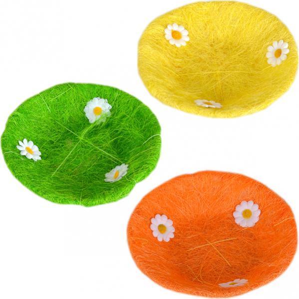 Корзина из декоративного сена с цветочками
