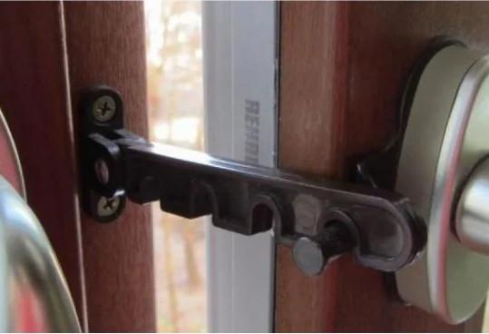 Гребенка ограничитель открывания створки металлопластикового окна под ручку коричневый
