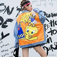 Женская джинсовая куртка Simplee Looney Tunes с патчами и пайетками голубая