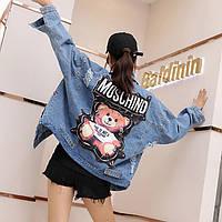 Женская джинсовая куртка Simplee Moschino с украшениями и пайетками голубая
