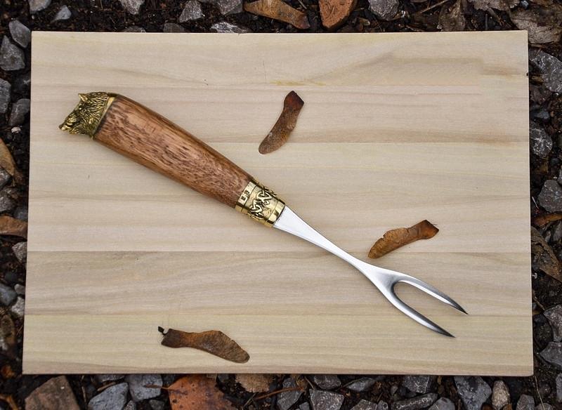 """Узкая вилка ручной работы для снятия шашлыка """"Вепрь"""" из дуба в чехле из кожи - приятный подарок для коллеги"""